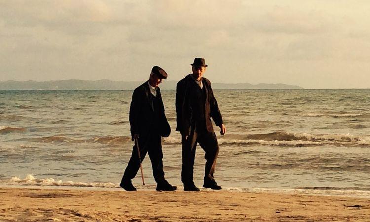Ältere Herren bei einem Spaziergang am Strand in Albanien