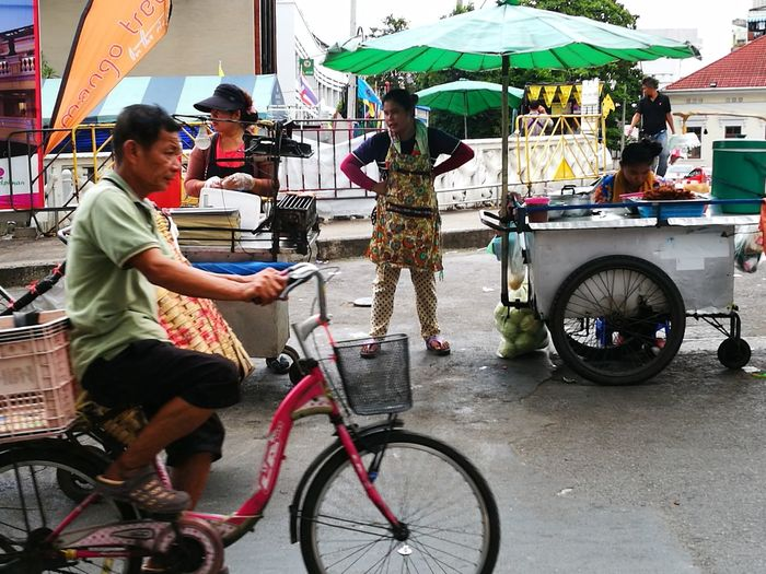 The wait Real People Street Street Photography Streetphotography Bangkok Streetphotography Thailand Bangkok Streetphotographer Color Photography Colour Photography EyeEm Best Shots - The Streets Eyeemphotography EyeEm Gallery EyeEmBestPics EyeEm Best Shots EyeEm Vendor