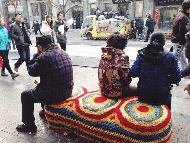 呵,前门大街上的街凳弄的还挺人性化
