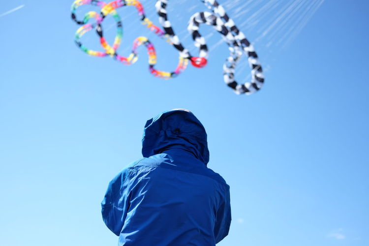 More than 100 ribbons holds these snake like kites. Berlin Tempelhofer Feld Berlin Photography Berliner Ansichten Berliner Ansichten Berlin Blue Sky Freedoom  Fun Kite Kite Flying Kites Low Angle View Outdoors Tempelhofer Feld Tempelhofer Freiheit Investing In Quality Of Life Discover Berlin