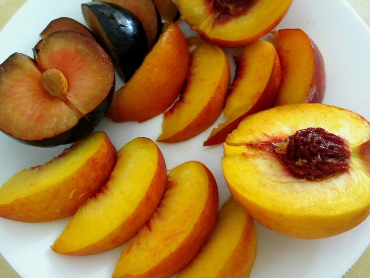 slices of peach, plum and nectarine Fruit Freshness Food Healthy Eating No People Close-up Ready-to-eat Sliced Fruits Sliced Fruit Peach Plum Fruits Nectarine Plate