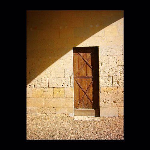 Dans l'ombre des pierres, les heures rayées de lumière attendent la nuit... Ligth And Shadow Door Tuff Textures And Surfaces