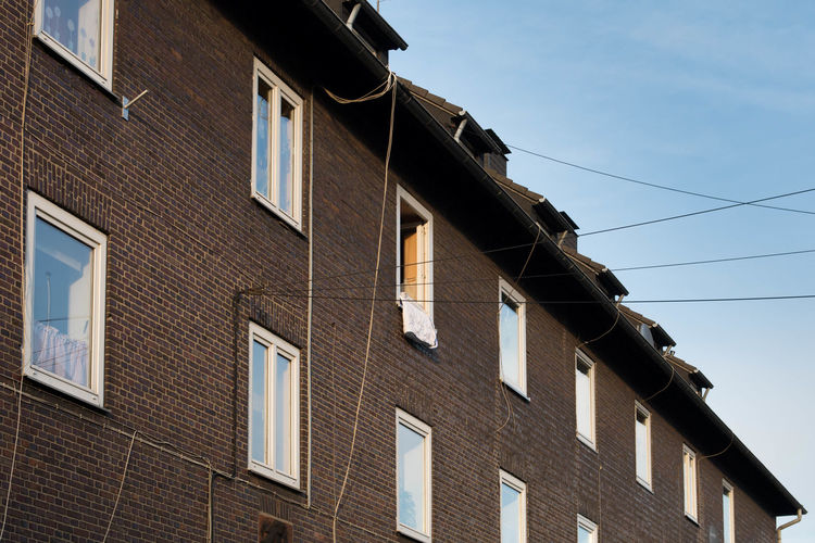 Window Building Exterior Low Angle View Architecture Built Structure No People Outdoors Architecture Eye4photography  Simple Photography Building Exterior Architecture Streetphotography Façade House Street Simplicity