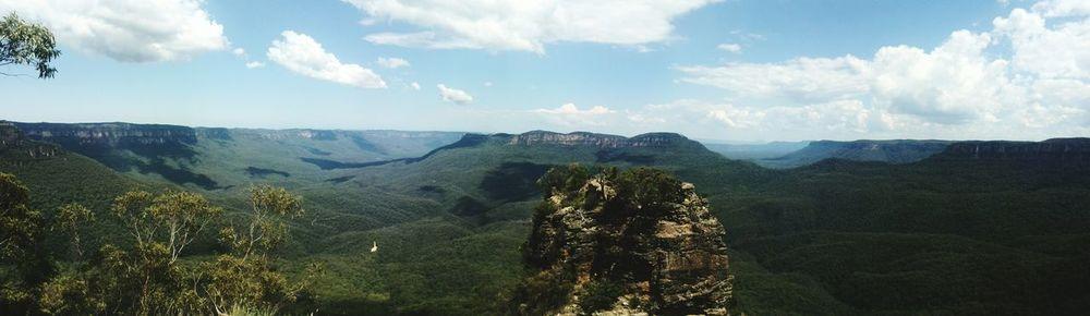 Vorallem möchte ich hier eine Nagelseite haben aber hin und wieder möchte ich auch einfach noch etwas anderes zeigen 😊 seit knapp einem Monat bin ich von meiner Reise nach Australien jetzt wieder zurück und ich möchte eigentlich nichts lieber als wieder zurück nach Australien 😔 ich war selten irgendwo wo ich so fasziniert war von der Natur, den Menschen und dem Leben dort und nirgendwo habe ich mich bisher so wohl gefühlt. Also werdet ihr hin und wieder wohl nochmal in den Geschmack kommen 😉 Hier war ich in den Blue Mountains bei den Three Sisters, drei Steinhügeln mitten in der Landschaft 🌳🌴 Bluemountains Bluemountainnationalpark Threesisters Bluemountain Australia Australien Reisefotografie Reisen Reiselust Sydney, Australia Sydney
