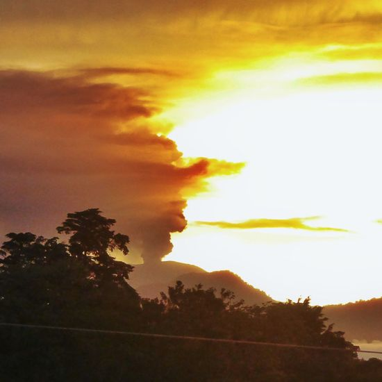 Capture Tomorrow Sunrise And Clouds Sunrise Behind Volcano Volcano Eruption Costa Rica Volcan Turrialba Morning Sky Good Morning Dramatic Sky Negative Space