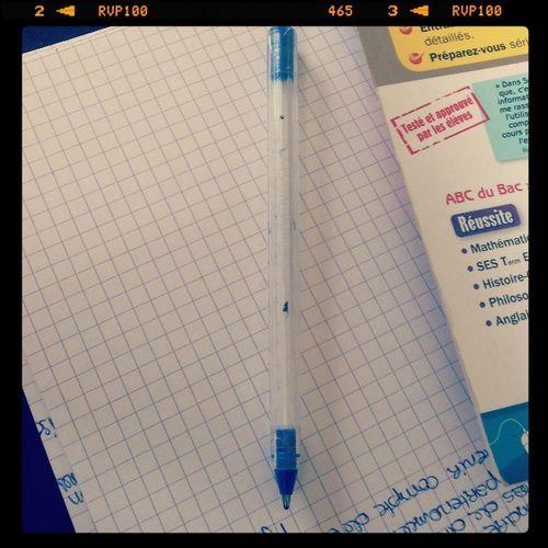 De toute ma vie, j'ai jamais vidé un stylo à bille de son encre; soit je le perdais, soit il restait sur mon bureau jusqu'a ce que je le jette, soit il fonctionnait plus meme si y'avait de l'encre dedans. C'est la première fois BravoMoi ChrisRaconteSaVie