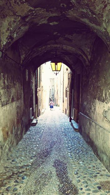 La vie dans une ville ancienne /// Mittelalter Gasse Straßenfotografie Streetphotography Ancienne