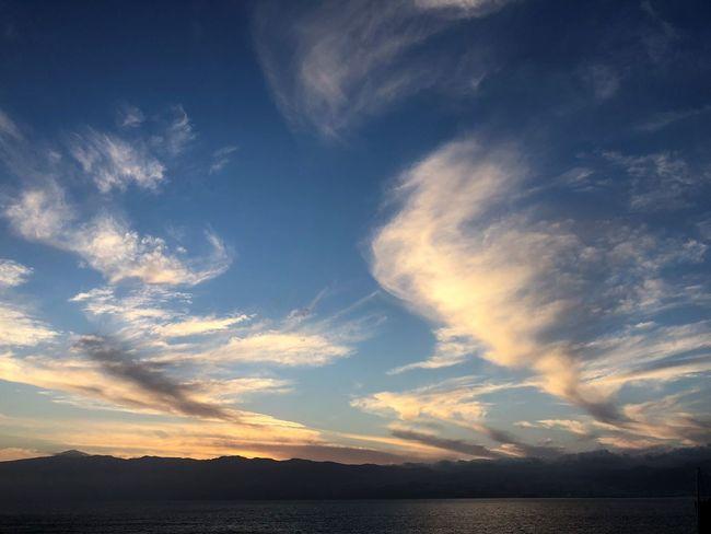 Sonnenuntergang Himmelsfarben Wolkenbilder Wasserspiegelung Wolkenkunst Abendpanorama Sky Cloud - Sky Beauty In Nature Scenics - Nature Tranquil Scene Water Tranquility Sunset Nature Sea No People Idyllic Non-urban Scene Outdoors Sunlight Horizon Waterfront Mountain Silhouette