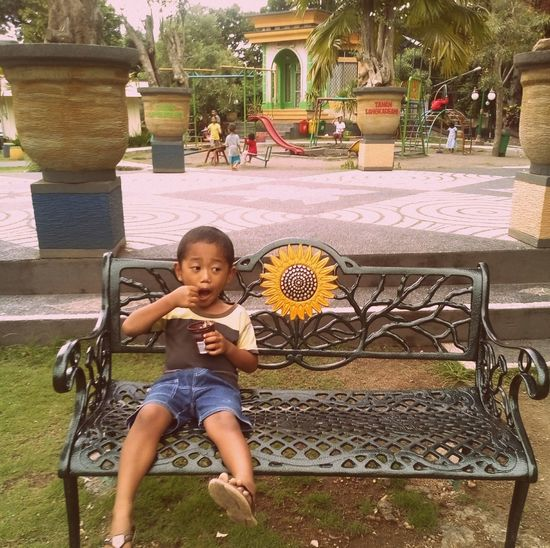 Sangkareang Park Little Child Eating Icecream Park Sitting Chair Peace ✌ Loneliness Expression