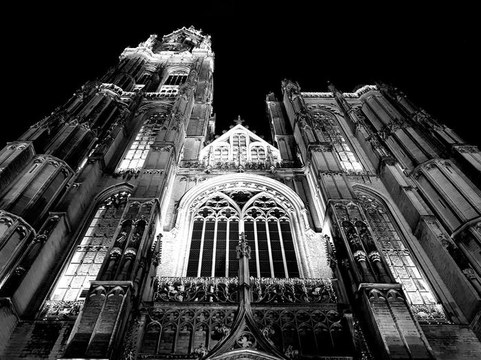 Blancoynegro Cityscape City Lights Cathedral Blackandwhite Blanco & Negro  Luz E Sombra Blackandwhitephotos Blackandwhite Photography Contraluz Black&white people and places Luz Y Textura Architecture History Anversa Place Of Worship Religion Architecture Sky Historic Building Tall - High Architectural Feature