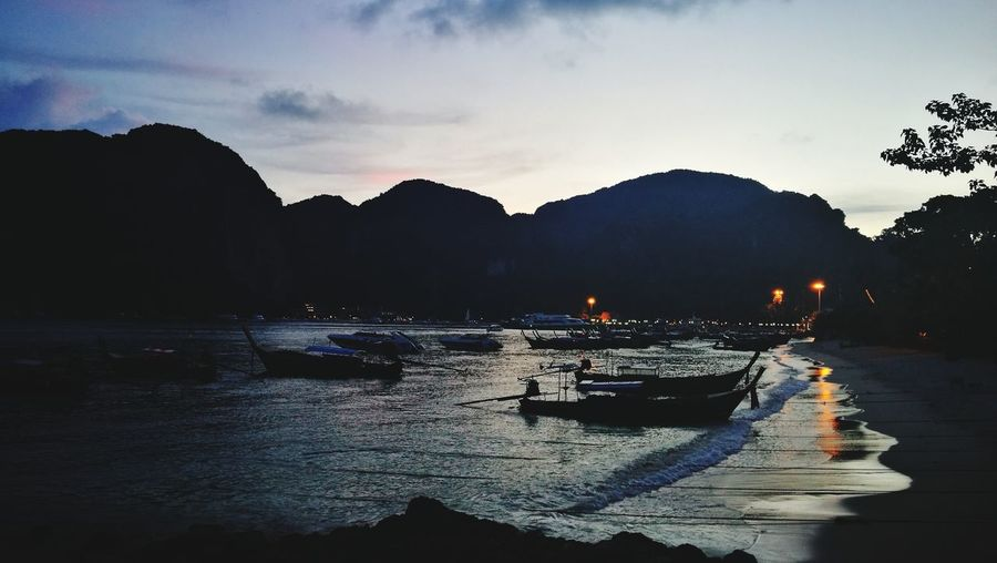 ยามเมื่ออาทิตย์ลับขอบฟ้า ทะเลไทยยังไงก็สวย เกาะพีพี PP Island Night Sky Water Mountain Nautical Vessel Silhouette Beach Sky