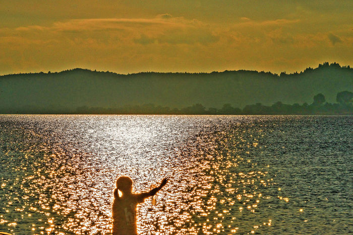 Evening Lake Lakeview Light And Little Girl On Twilight Water Reflections Lake View 反射 黄昏時のみずw