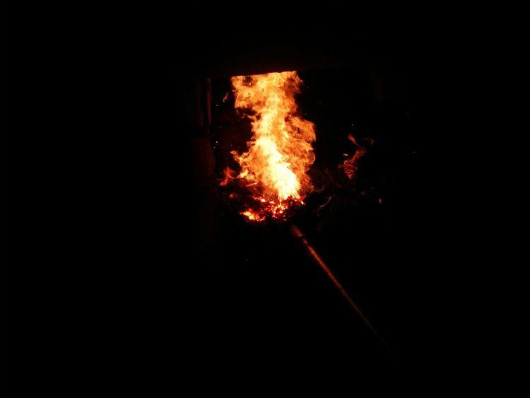 就爱火焰的色彩,在黑暗中耀眼,又注定消散于黑暗。纵结局已定,下次燃起,毫不畏惧。 Light Flame Fire Darkness And Light Black Buring Colors