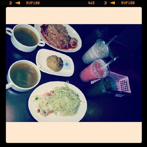 Poor photoskill, but lunch feast with @triciazayn . The person didnot tell us have set , end up we ordered extra drinks. Lol. Teapartycafe Lunch YumYum