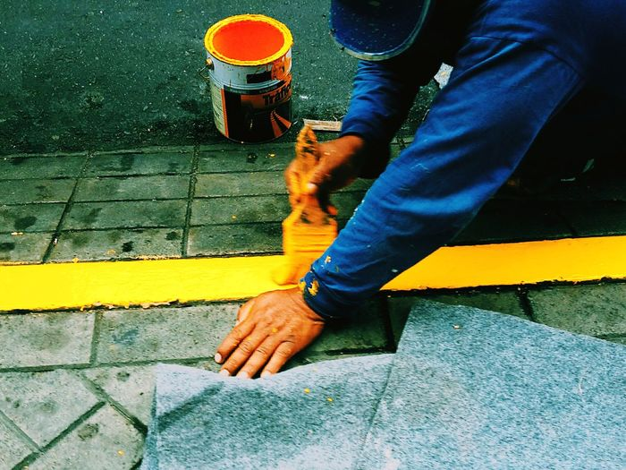 Amarelo. Street Human Body Part Low Section Real People One Person Men Road Human Leg Human Hand Day Outdoors Adult People Only Men One Man Only Adults Only 100 Shades Of Yellow 10