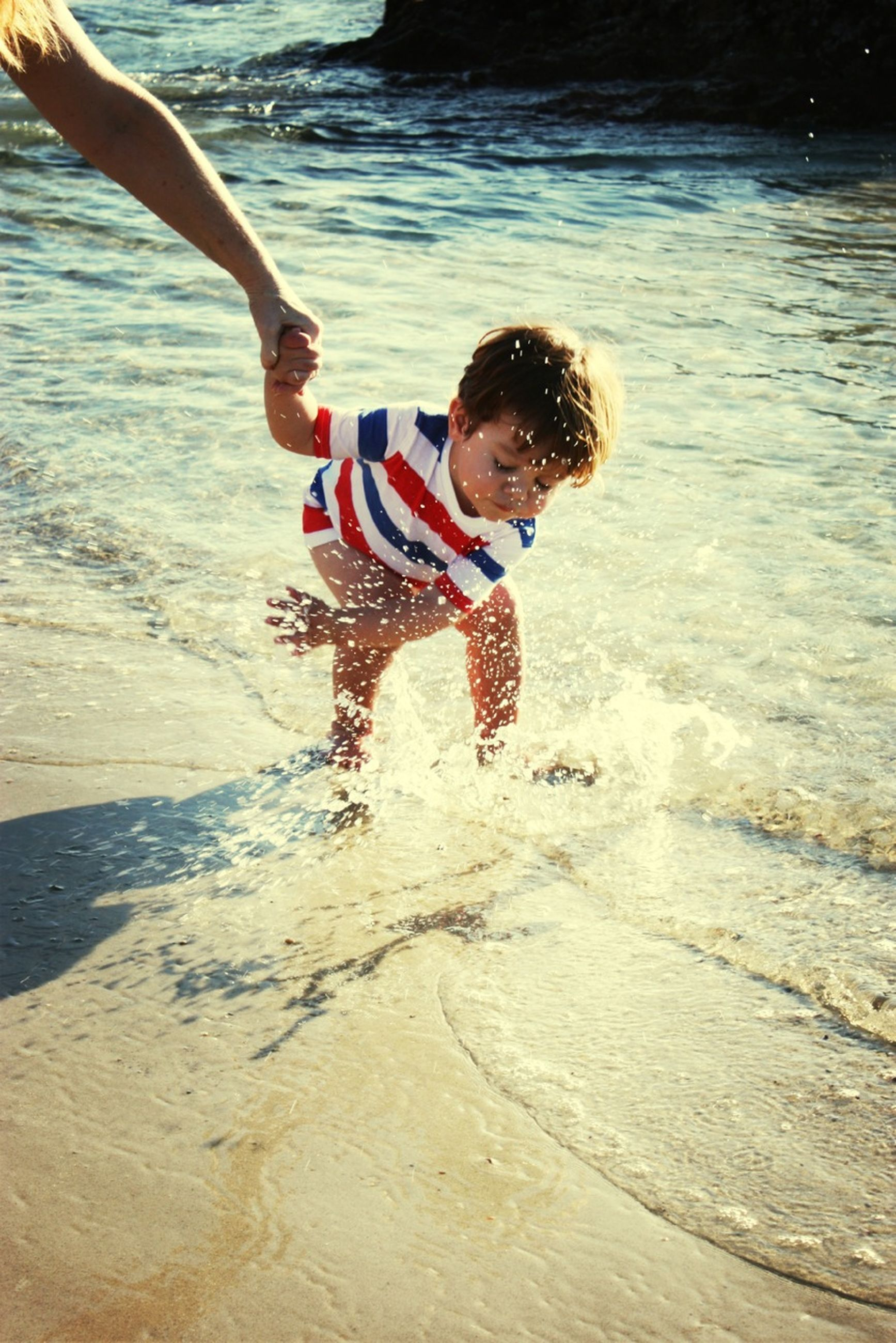 lifestyles, leisure activity, full length, childhood, water, enjoyment, fun, elementary age, playing, boys, girls, playful, jumping, motion, beach, casual clothing, person
