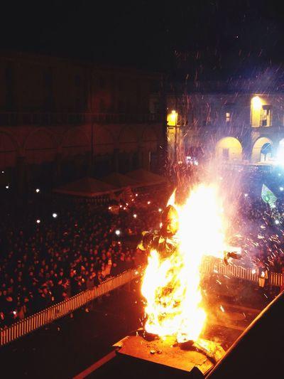 Burning Winter away 📷 Sofiavicchi Sofiavicchiconceptdesign Nottdebiso2015 Paliodelniballo Folklore Folk Fire Romagna Inverno Bynight Hanging Out