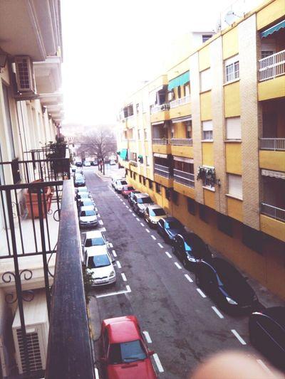 afuera del balcon :') & asi es como aparcan aqui en España