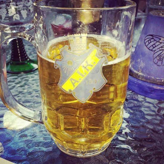 Johan är stolt över mig nu när jag väljer att använda hans AIK glas Team AIK Beer N öjd awesomeness