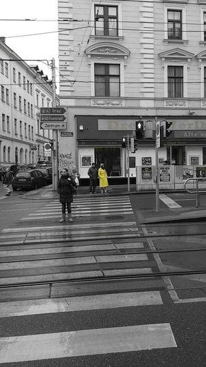 Streetphotography Rainy Days Teilweise Farbig Schwarzweiß/gelb