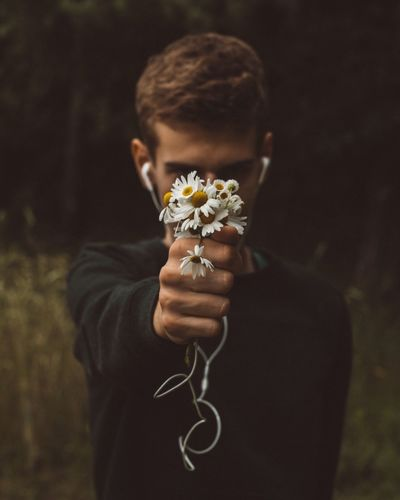 Flower One Person Real People Focus On Foreground Holding Front View Outdoors Lifestyles Childhood Fragility Nature Day Flower Head Close-up People Daisy Daisy Flower Daisys Music Headphones Nature Naturelovers Nature Photography Creativity Creative Photography