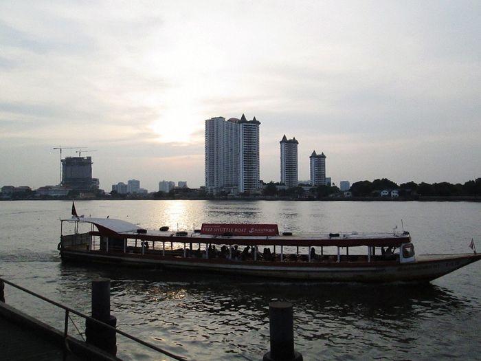 Sawasdee World. EyeEm Thailand Walking Around Taking Photos ,Enjoy The River, Enjoying The View Chao Phaya River .
