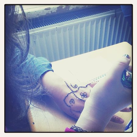 making henna tatoos <3