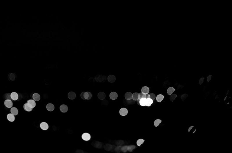 Há luz. Night Illuminated No People Black Background City Sp Brasil Taianeferreiras Photography Photo Light And Shadow Shadow Light Noir