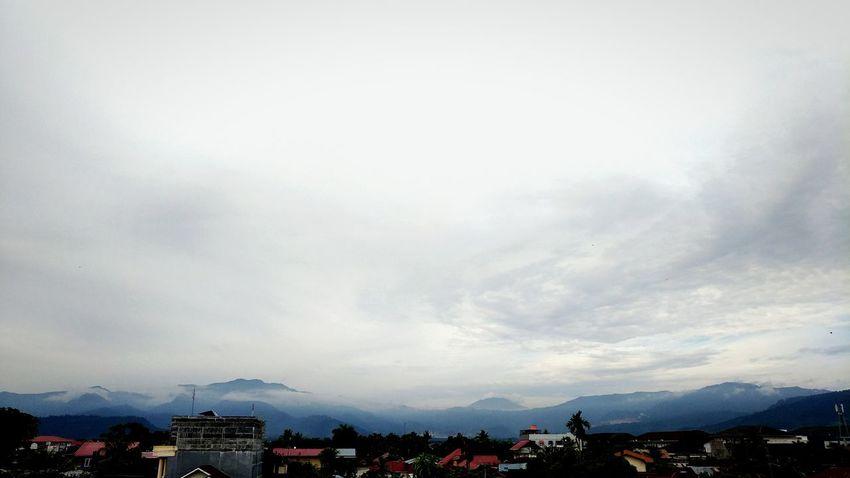 Siang hari setelah hujan, bukitnya masih berkabut. Rooftop View