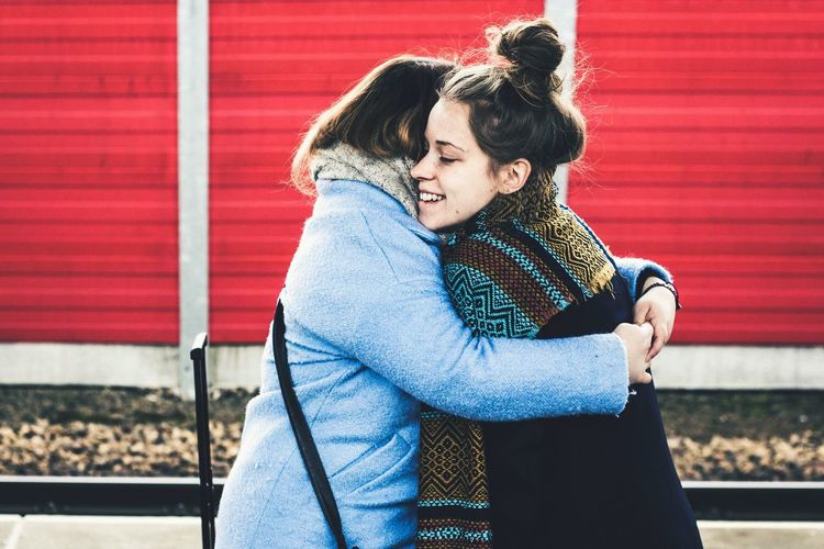 goodbye hug Bff Girls Traveling Train Station Train Station Leaving Welcome Goodbye Hugging EyeEm Selects Two People Togetherness Outdoors Day Love Real People Casual Clothing Red Young Adult Young Women Bonding Lifestyles Smiling Happiness Friendship People Adult An Eye For Travel