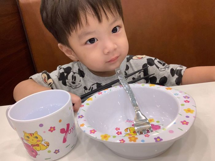 Child Childhood Innocence One Person Front View Indoors  Real People Portrait Cute Boys Food And Drink Headshot Casual Clothing Males  Lifestyles Leisure Activity Food Table Kitchen Utensil