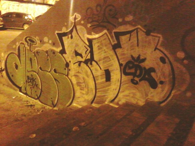 Graffitis en una plaza de la city HipHop Edu