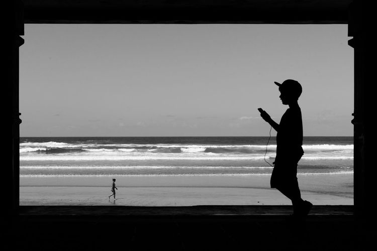 Silhouette of tourists on beach