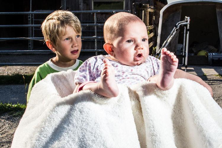 Baby Child Lifestyles Outdoors Portrait Sibling Love Together Togetherness Feets Erstaunt Kinder Füsse