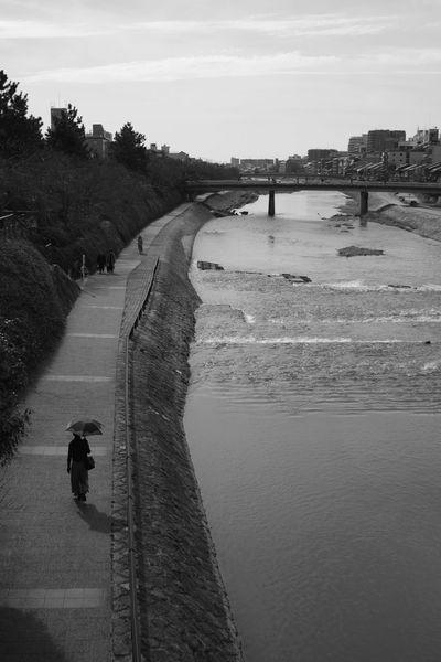 独り歩き Outdoors Blackandwhite Black And White Fujifilm Fujifilm X-Pro1 Xpro1 Black & White Kyoto,japan Kamogawa River Shijooohashi Bw_collection EyeEm Gallery Takumar Takumar 28mm F3.5 BW Collection