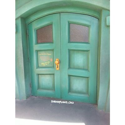 Power house! How many of you have tried polling the door knob?? Isn't it funny lol :) Disneycalifornia Disneyland Disneyland_cali Toontown powerhouse