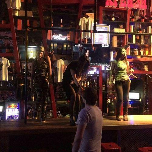 Сами затащили меня на барную стойку,сами попросили удалиться... Crazydaisy Dancingatthebar Staffparty Chilling Party Partyanimal Bar Havingfun Friends Gangstame