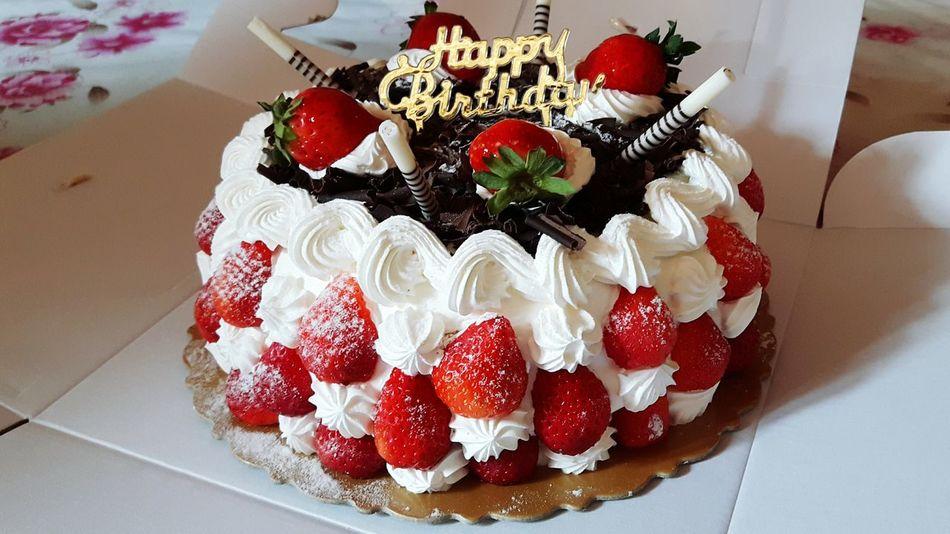 Strawberry Cake 草莓蛋糕 真的不是誰的生日,只是忽然很想很想吃草莓蛋糕而已。8吋,4個人吃,爽! Jayden Sofi 11M
