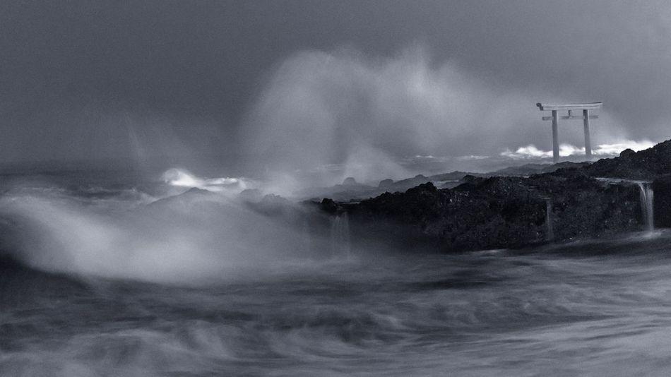 Ibaraki Coast Torii Gate Sea Beauty In Nature Wave Power In Nature Long Exposure 茨城 大洗 海岸 鳥居 モノクロ