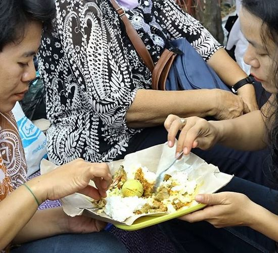 Sepiring berdua - Two sisters in one plate of foods. @inaturtle Yummy Delicious Foodshare Food Eating Eat Sisters Family Nice Cool Humaninterest Huminesia Humaninterestphotography Humaninterestid Humaninterest_indonesia