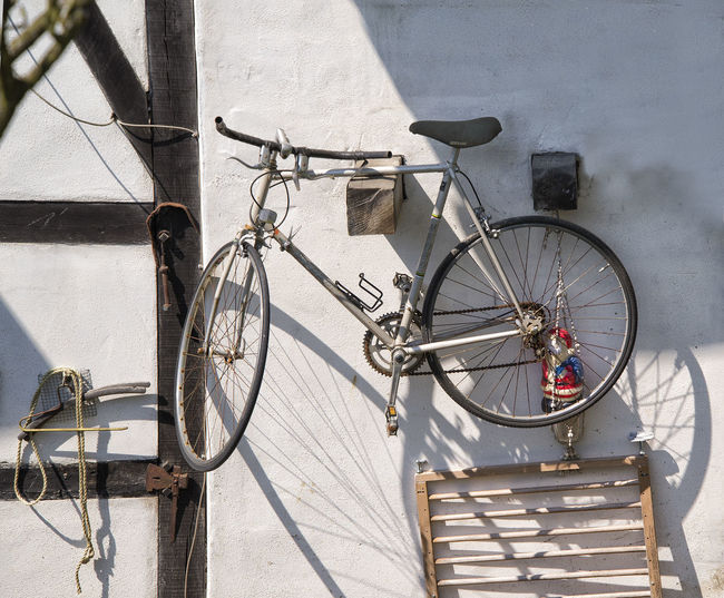 schon wieder Weihnachten? #urbanana: The Urban Playground Fahrrad Bicycle Building Exterior Bycicle Day Land Vehicle Nature No People Outdoors Shadow Sunlight Transportation Wall - Building Feature Wheel