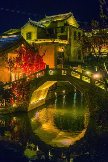 古道秋风夜小镇,三五同行酒未醒,不记水乡灯月色,难忘桥头吃烧饼。 lights Lights Night Town Bridge Reflction Fall Autumn River