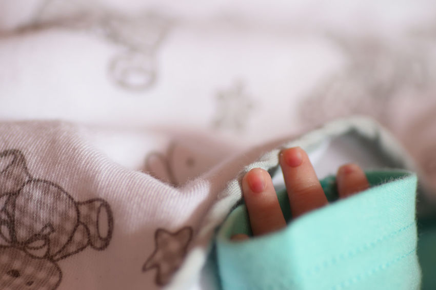 Babies Babies Only Baby Bebe Bebedouro Bebek Bebes Close-up Hand Human Body Part Human Hand Hände Indoors  Little Girl Little Hand Manita Manitas One Person One Woman Only People ребенок أيادي طفل 寶貝 赤ちゃん
