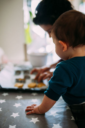 Observe Attention Togetherness Mother & Daughter Motherhood Child Childhood Lifestyles Kitchen Preparation  Home Interior Preparing Food Table Home Food Food And Drink Domestic Room Domestic Kitchen Innocence Focus On Foreground Indoors  Real People Oat Cookies