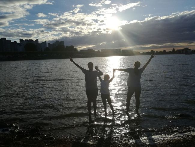 Water Togetherness Standing Silhouette People Outdoors Real People Kids Having Fun Kids Lake Lac Togheter Forever Togheter We Stand Love Liberté Freedom Life City View