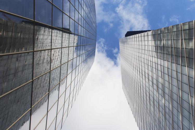Double bâtiment Architecture Bâtiment  Tour Blue En Verre Urbain  Nuage Contre Plongée Ciel Business City Corporate Business Modern Sky Architecture
