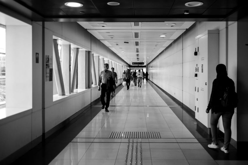 Dubai FUJIFILM X-T1 Architecture Black And White Blackandwhite Built Structure Fujifilm_xseries Illuminated Indoors  Large Group Of People Lifestyles People Real People Walking Women