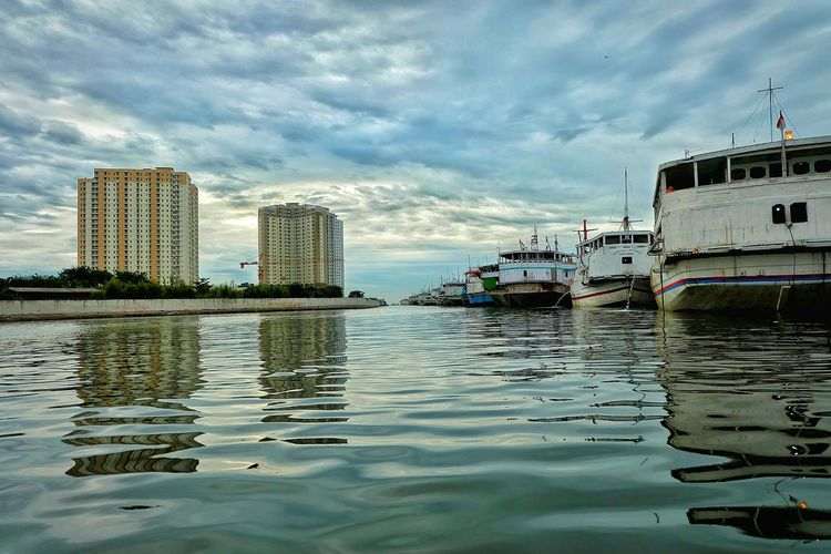 Reflection Water Cloud - Sky Apartment Buildings Port No People Day Outdoors First Eyeem Photo Low Angle View Ships🚢 Landscape Landscape Photography EyeEmNewHere EyeEm Gallery EyeEm Best Edits Let's Go. Together.