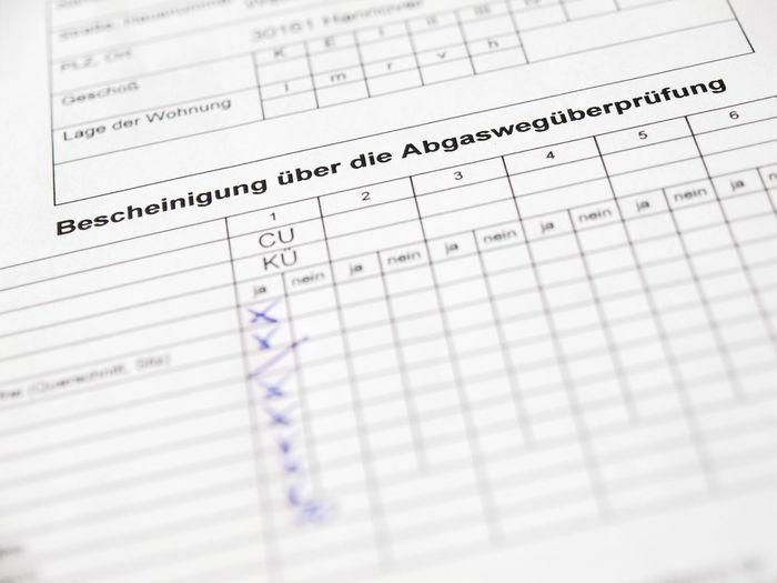 Abgaswegeüberprüfung Abgaswegüberprüfung Bescheinigung Close-up Detail Deutsch Document Formular German Messung Selective Focus