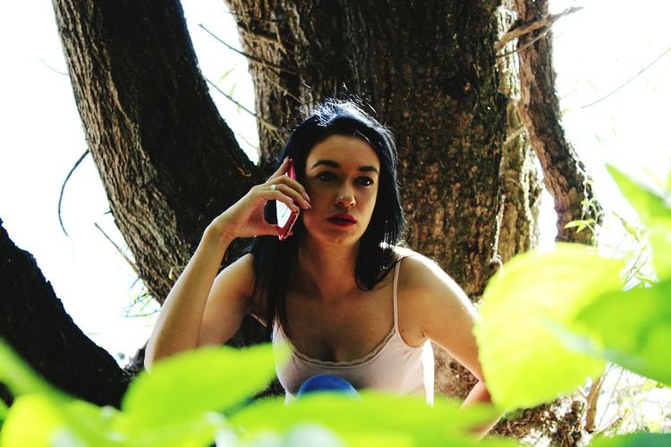 Only Women One Woman Only Adults Only One Person Tree Front View Portrait People Women Outdoors Day Long Hair Lifestyles Telephony Photography Photobyme 📷 Photoshooting Photoday Funny Moments 👩👀📷